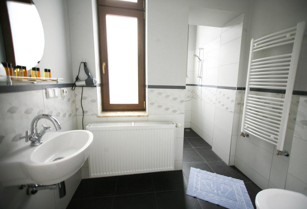 łazienka w rodzinnym apartamencie w pucku