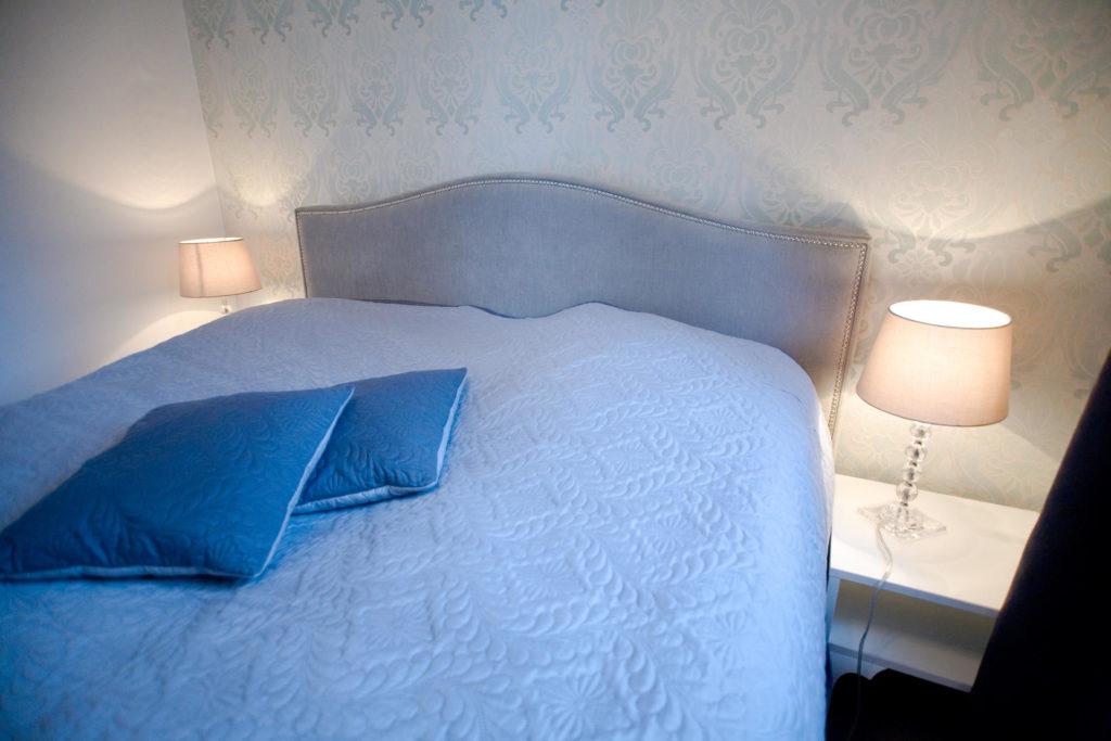 małżeńskie łóżko w apartamencie dwupokojowym