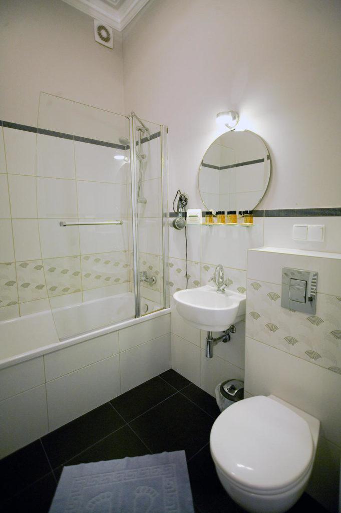 łazienka z wanną w dwupokojowym apartamencie
