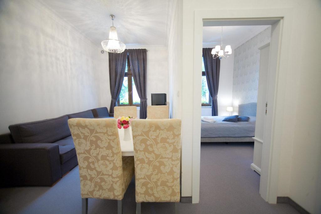 dwa pokoje w apartamencie nad morzem