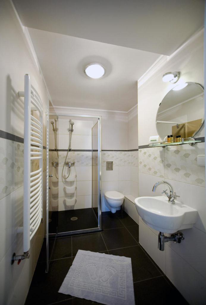 łazienka w pokoju dla trzech osób w Pucku